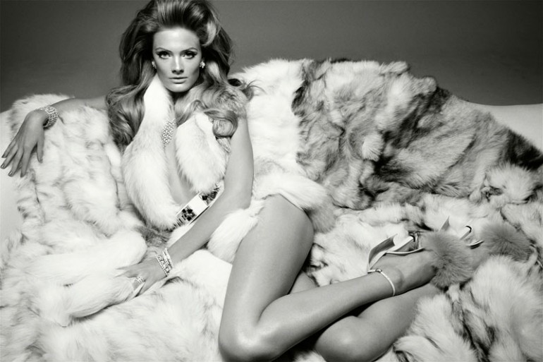 sexy_woman-in_fur_lingerie
