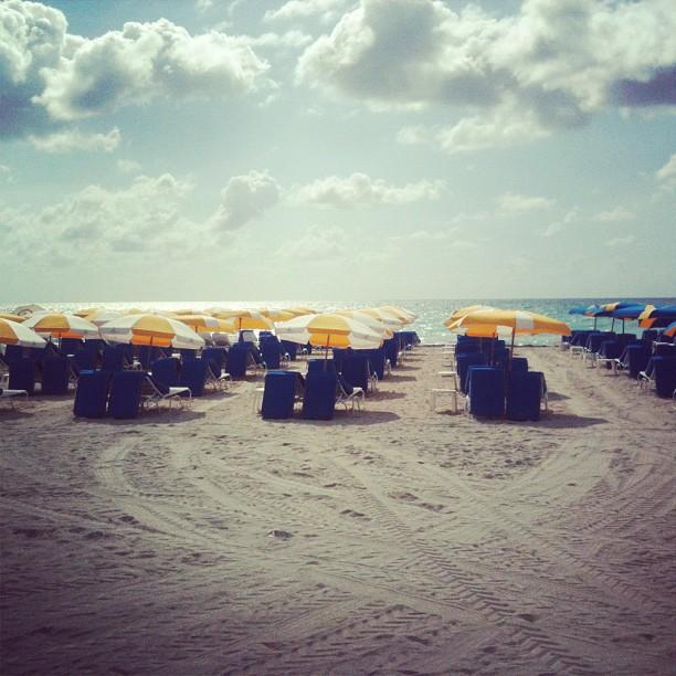 yellow_umbrela_beach