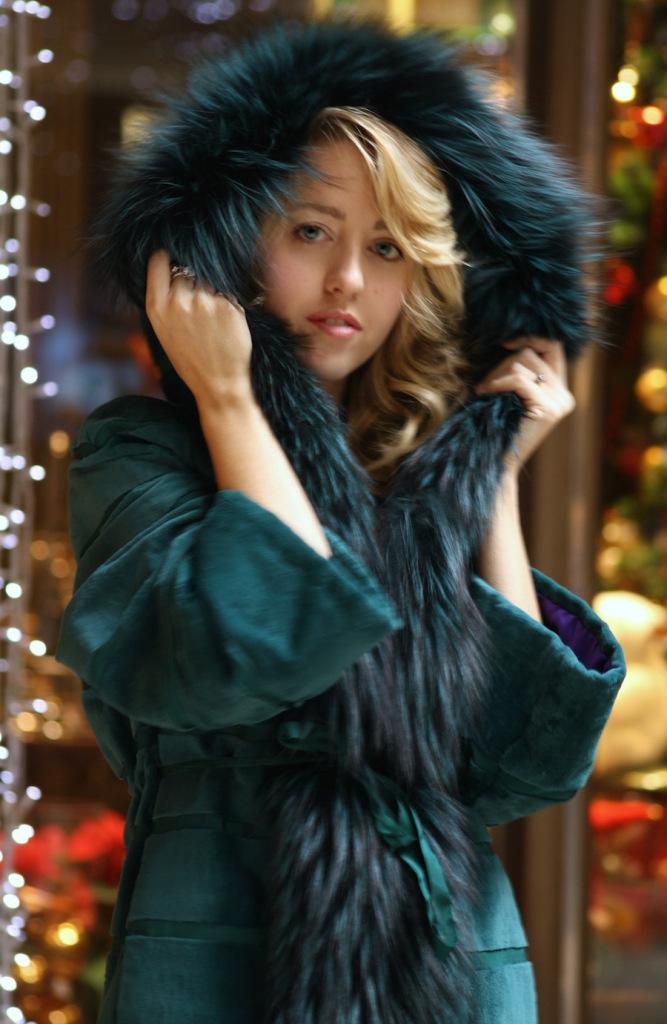lady_fur_hood_fox_coat